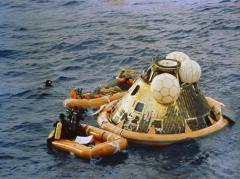 """חילוץ אנשי צוות אפולו 11 מתוך תא הנחיתה. צילום: נאס""""א"""