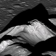 """הפסגה המרכזית של מכתש קופרניקוס על הירח. צילום: החללית LROC של נאס""""א"""