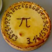 עוגה ועליה תחילתו של המספר האינסופי פאי. מתוך ויקיפדיה