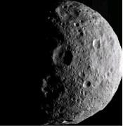 איזור הקוטב הצפוני של האסטרואיד וסטה כפי שצולמה מהחללית Dawn טרם עזיבתה, ספטמבר 2012