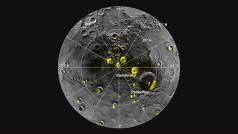 """הדמיית מכ""""מ של הקוטב הצפוני של כוכב חמה על גבי פסיפס תמונות שצילמה החללית מרקורי מסנג'ר באותו איזור. כל מרבצי הקרח הגדולים באיזור הקוטב ממוקמים על קרקעית או קירות של מכתשי פגיעה. מרבצים מרוחקים מהקוטב נראה כי התרכזו על הצד הפונה צפונה של מכתשים. צילום: NASA/Johns Hopkins University Applied Physics Laboratory/Carnegie Institution of Washington/National Astronomy and Ionosphere Center, Arecibo Observatory"""