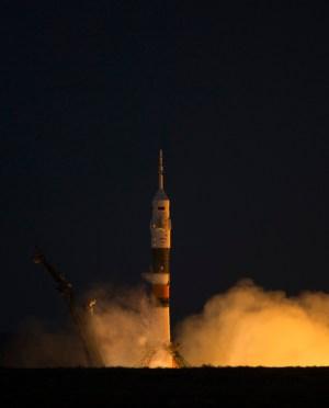"""החללית סויז TMA-07M שוגרה מהקוסמודרום בבייקונור שבקזחסטן  ב-19 בדצמבר 2012 כשהיא נושאת א ת חברי הצוות ה-34 לתחנת החלל הבינלאומית. לא תראו שם אסטרונאוט ישראלי בקרוב. צילום: נאס""""א/קרלה קיופי."""