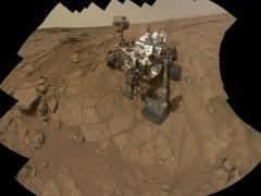 זו תמונה עצמית של רכב המאדים קיוריוסיטי המורכבת מ-66 תמונות שצולמו בידי מצמת הזרוע MAHLI במהלך היום המאדימאי ה-177 של עבודת קיוריוסיטי על מאדים או בלשון כדור הארץ 3 בפברואר 2013. צילום: NASA/JPL-Caltech/MSSS
