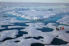 משלחת של NOAA בוחנת את המסת הקרח באוקיאנוס הארקטי בקיץ 2005. צילום: NOAA