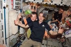 """האסטרונאוטים בתחנת החלל מתענגים על ירקות ופירות טריים שהגיעו בחללית אספקה. צילום: נאס""""א"""