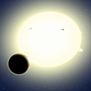 """""""כוכב הלכת של איינשטיין,"""" הידוע רשמית קפלר- b76, הוא """"צדק חם"""" המקיף את הכוכב שלו כל 1.5 ימים. קוטרו הוא כ-25 אחוזים יותר מזה של צדק והוא שוקל כפליים. תפיסת אמן זה של קפלר-76b מראה אותו מקיף את הכוכב המארח שלו, אשר עוות בשל הגיאות לצורת כדורגל קלה (בציור התופעה מוצגת בהגזמה מכוונת להבנת התופעה). כוכב הלכת התגלה באמצעות אלגוריתם BEER, אשר חיפש שינויים בבהירות של הכוכב בשל מעבר כוכב הלכת וכן מסלול אליפסואידי יחסותי כפי שהדבר נראה מכדור הארץ. איור: דיוויד א אגילר (CFA)"""