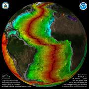 מפת קרום כדור הארץ והלוחות באיזור האוקיאנוס האטלנטי איור: אליוט לים וג'סי ורנר, CIRES & NOAA / NGDC