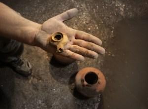 צילום הממצאים בבור המים: ולדימיר נייחין. באדיבות רשות העתיקות