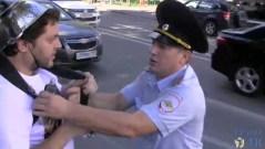 """שוטר רוסי מתעמת עם מפגין של כנסיית """"מפלצת הספגטי המעופפת"""" במוסקווה, 17 באוגוסט 2013. מתוך YOUTUBE"""