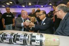 פרופסור אלון וולף מציג למר לי קא-שינג ולנשיא הטכניון את הרובוט נחש. צילום : ישראל סאן, דוברות הטכניון