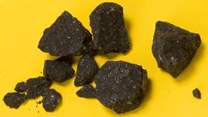 ניתוח כימי של רסיס המטאוריט שהתרסק בשאטר מיל עשוי להעיד על כך שסלעים בחלל הכילו את המולקולות הנדרשות להתפתחות החיים. צילום: פרופ' סנדרה פיצרלו, אוניברסיטת מדינת אריזונה