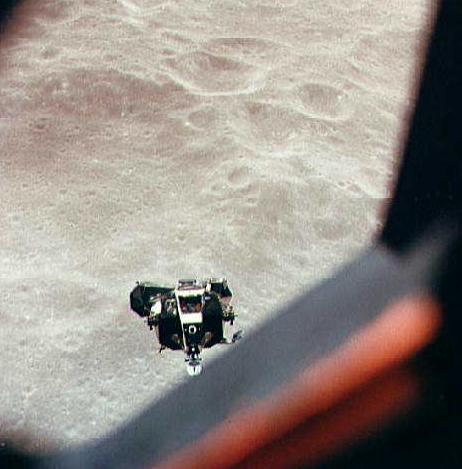 """מודול הנחיתה של אפולו 10 (לא מאויש) לאחר שניתק ממודול הפיקוד והשירות. צילום: נאס""""א"""