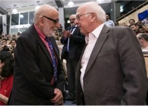 פרנסואה אנגלרט ופיטר היגס נפגשו לראשונה במאיץ החלקיקים בסרן ביום ההכרזה על גילויו של חלקיק היגס בארבעה ביולי 2012. [ CERN, http://cds.cern.ch/record/1459503]