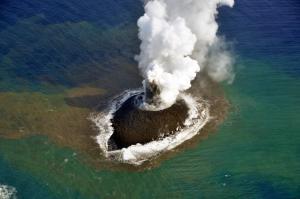 התפרצות הר הגעש התת ימי שבנתה אי חדש והאי הותיק הסמוך נישונישימה, 21 בנובמבר 2013, צילום: משמר החופים היפני.
