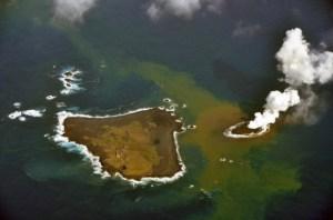 התפרצות געשית תת ימית יצרה אי חדש ליד חופי נישינושימה, אי קטן ולא מאויש בשרשרת איי אגאסווארה הדרומיים. התמונה צולמה ב-21 בנובמבר 2013 בידי משמר החופים היפני