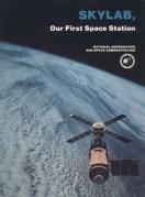 """עטיפת הספר """"סקיילב - תחנת החלל הראשונה של ארה""""ב."""" משנת 1977. צילום: נאס""""א"""