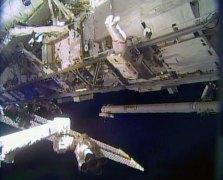 """האסטרונאוט ריק מאסטרקיו עובד מחוץ לתחנת החלל הבינלאומית במהלך הראשונה בסדרה של הליכות חלל להחלפת מודול משאבת אמוניה מקולקלת. צילום: הטלוויזיה של נאס""""א"""