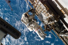 """ריק מסטראציו בהליכת חלל במשימה STS-118. צילום: נאס""""א"""
