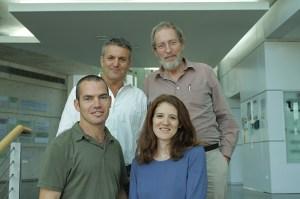 דנית עוז לוי ואמיר גלמן. עומדים מאחור, מימין: פרופ' דורון לנצט ופרופ' זבולון אלעזר. מוטציות נדירות