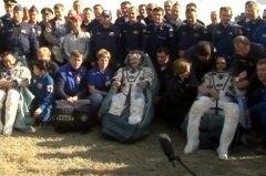 חברי הצוות ה-39 של תחנת החלל הבינלאומית מסתגלים בחזרה לכוח המשיכה של כדור הארץ מיד לאחר נחיתתם בקזחסטן בחללית הסויוז שלהם. צילום: NASA TV