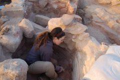 """3. חפירת המתקנים המטלורגיים המשוכללים מתקופת הברזל בגבעת העבדים – האתר ייצר טונות רבות של נחושת לייצוא (תמונה: משלחת אונ' ת""""א לתמנע)"""