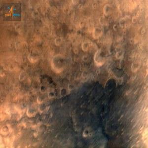 מכתשי פגיעה רבים מופיעים בתמונה הראשונה ששידרה החללית ההודית MOM או מאנגליאן. צילום: סוכנות החלל ההודית