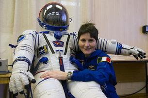 סמנתה קריסטופורטי מחזיקה את חליפת החלל מדגם סוקול שתשמש אותה כחברת הצוות ה-42 של תחנת החלל הבינלאומית