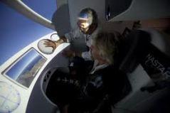 ריצ'ארד ברנסון מתאמן בהטסת החללית ספייסשיפ-2. מתוך אתר וירג'ין גלקטיק