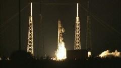 """שיגור! החללית פאלקון 9 של חברת SpaceX מתרוממת מתחנת חיל האוויר בכף קנוורל בדרכה למפגש ביום שני עם תחנת החלל הבינלאומית. תשעה מנועים מדגם מרלין מייצרים כחצי מיליון טונות דחף כאשר הטיל מתחיל לטפס למסלולו. צילום: נאס""""א"""