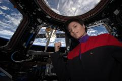 """סמנתה כריסטופורטי, אסטרונאוטית מטעם סוכנות החלל האירופית בתחנת החלל הבינלאומית. חזרתה לכדור הארץ מעוכבת. צילום: נאס""""א"""