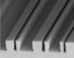 צילום מיקרוסקופי של עדשה שטוחה. קרדיט: פטריס ג'נב, פדריקו קפאסו ופרנצסקו אייטה, Harvard SEAS