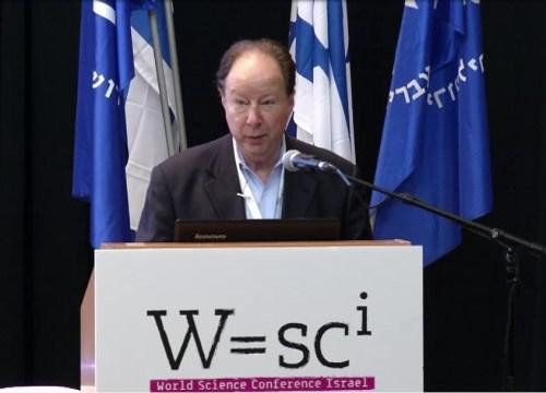 """פרופ' סידני אלטמן מאוניברסיטת ייל. חתן פרס נובל לכימיה בשנת 1989 יחד עם תומאס צ'ק בעד חקר התכונות הקטליטיות של ה-RNA"""" RNA הקטליטי"""". צילום מסך מתוך הוידאו של כנס WSCI 2015 שהתקיים בירושלים, באוגוסט 2015"""