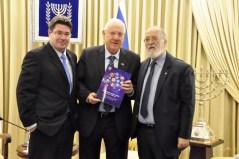 """מימין: יו""""ר המולמו""""פ פרופ' יצחק בן ישראל, נשיא המדינה ראובן ריבלין ושר המדע אופיר אקוניס. צילום: לע""""מ"""