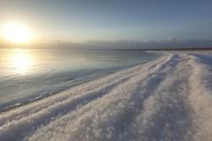 מפלס המים בחלקו הדרומי של ים המלח עולה כל הזמן בגלל פעילות האדם, שהיא שימוש מדינות האזור במי נהר הירדן והפקת האשלג במפעלי ים המלח. צילום: israeltourism, Flickr