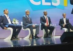 """מימין: וולקמר דנר, מנכ""""ל בוש; אנתוני פוקס, שר התחבורה האמריקני; סטיבן מולנקוף, מנכ""""ל קוואלקום; ופרופ' אמנון שעשוע, מייסד יו""""ר ו-CTO של מובילאיי. צילום: אבי בליזובסקי"""