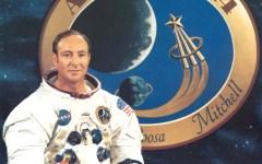"""האסטרונאוט אדגר מיטשל בתמונה רשמית של נאס""""א על רקע סמליל משימת אפולו 14"""