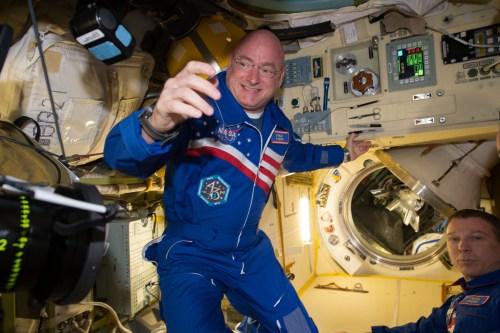 """האסטרונאוט סקוט קלי בעבודתו השוטפת בתחנת החלל הבינלאומית. צילום: נאס""""א"""