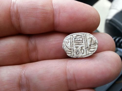 קמיע החרפושית שמצאו התלמידות. צילום: דינה גורני, רשות העתיקות