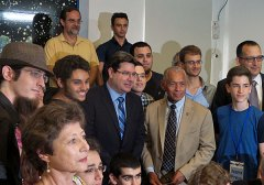 """ראש נאס""""א צ'ארלס בולדן, שר המדע אופיר אקוניס, וראש עיריית גבעתיים רן קוניק עם ילדים ומורים במצפה הכוכבים בעיר. צילום: אבי בליזובסקי"""