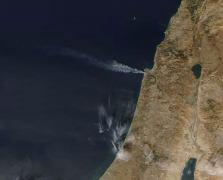 """מראה השריפות בחיפה ובהרי ירושלים מהחלל, שובל העשן נמשך מעל ל-100 ק""""מ אל הים התיכון. מקור: הלווין אקוואה/מודיס של NASA מאתר World View. תודה לאמיר ברנט על ההפניה לתמונה"""