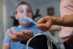 טיפול בחולה ALS. מקור: אתר חברת Pison Technology, אחת החברות שזכו בפרס.