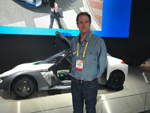 ליאם פדרסן, מנהל המעבדה של חברת ניסאן בקליפורניה ליד מכונית חשמלית אוטונומית מדגם LEAF בכנס CES 2017 בלאס וגאס. צילום: אבי בליזובסקי