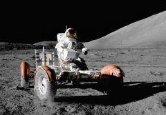 """יוג'ין סרנן נוהג על גבי רכב הנדידה הירחי במהלך משימת אפולו 17 על הירח, 11 בדצמבר 1972. מקור: נאס""""א."""