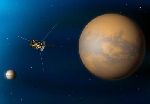 """מעבר אחרון של קאסיני על פני טיטאן, שגם גרם לשינוי מסלולה ולצלילה הצפויה אל מתחת לטבעות שבתאי. איור: נאס""""א"""