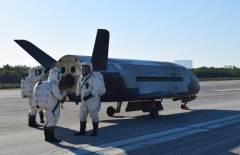 מטוס החלל X-37B, אתמול במרכז החלל קנדי, לאחר חזרתו משהייה של 718 יום בחלל. מקור: U.S. Air Force courtesy photo.