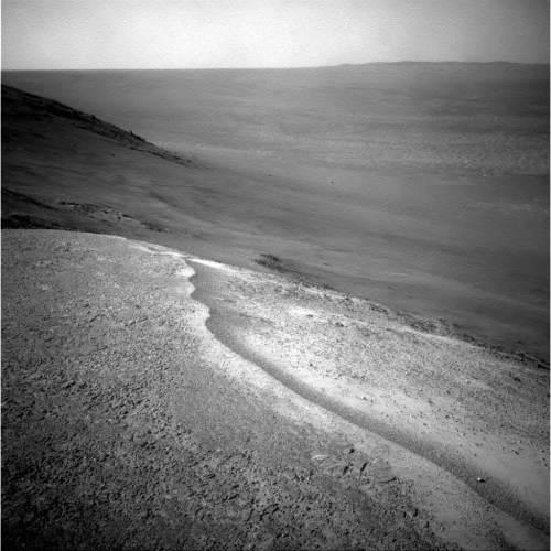 """הנוף שנראה על ידי אופורטיוניטי בסמוך לכניסה ל""""עמק ההתמדה"""" בשפתו של מכתש אנדוור. הרכב יחל כעת לבחון אם הערוץ נוצר על ידי מים זורמים לפני מיליארדי שנים, או על ידי גורם """"יבש"""" יותר כמו סחופת של סלע ואדה רטובים. מקור: NASA."""