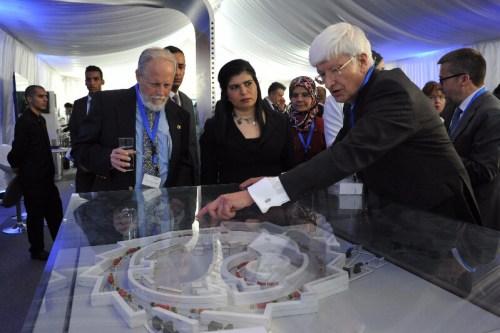 בתמונה (משמאל לימין): פרופ' אלכסנדר בליי, המדען הראשי במשרד המדע והטכנולוגיה, הנסיכה סומיה בת אל חסאן, פרופ' כריס לואן מ CERN. (צילום: יואב דודקביץ)