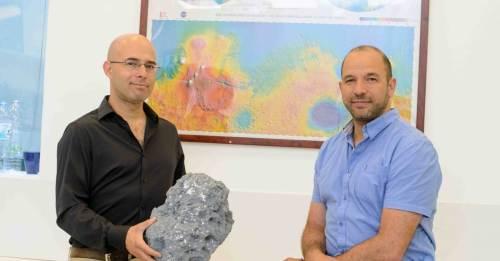 """מימין: פרופ' עודד אהרונסון וד""""ר דוד פולישוק. לרסיס האסטרואיד בתמונה אין קשר למאדים. מקור: באדיבות מגזין מכון ויצמן."""