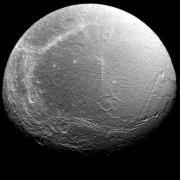 הירח דיון בצילום של קאסיני ב-2005. מקור: NASA/JPL-Caltech.