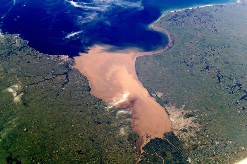 ריו דה לה פלטה - שפך הנהרות אורגוואי ופרנה אל האוקיינוסז האטלנטי. צילום מהחלל. מקור: NASA Johnson Space Center.